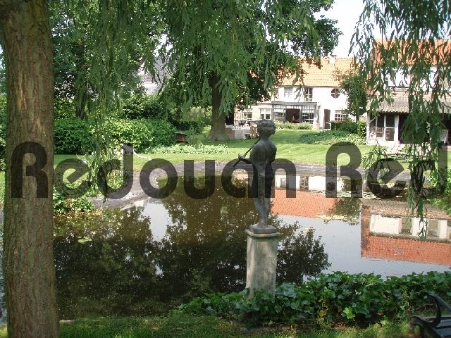 Product picture Reflecting pond and statues in a green garden